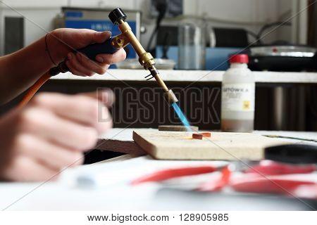 The workshop craftsman, sunbathing gold burner .