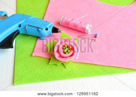 Brooch flower felt, glue gun, thread, needle, pins - set for creativity
