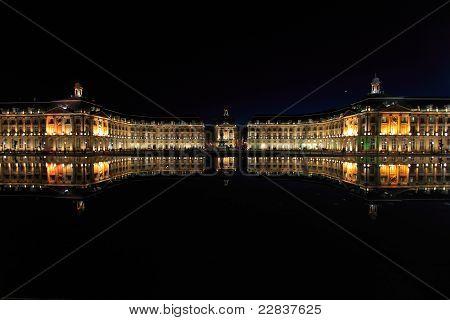 Place De La Bourse (1745-1747, projetado por ange-Jacques Gabriel) e água do espelho durante a noite, Bordeaux