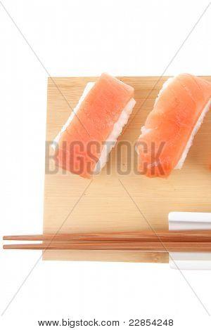 Japanischer Küche - Set belegt mit rohen Lachs Nigiri-Sushi. auf Holzbrett. Pfingstmontag isoliert