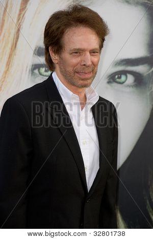 HOLLYWOOD, CA - 7 de maio: O produtor Jerry Bruckheimer chega na estréia da Warner Bros. Pictur
