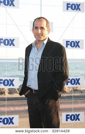 LOS ANGELES - 5 de AUG: Peter Jacobson arribando a la fiesta de FOX TCA verano 2011 en Gladstones Augu