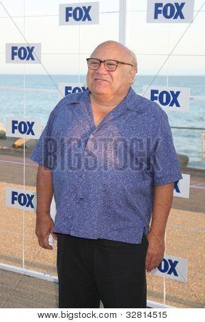 LOS ANGELES - 5 de AUG: Danny DeVito al llegar a la fiesta de FOX TCA verano 2011 en Gladstones en agosto