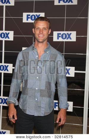 LOS ANGELES - 5 de AUG: Jesse Spencer arribando a la fiesta de FOX TCA verano 2011 en Gladstones Augus