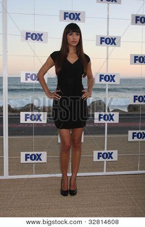 LOS ANGELES - 5 de AUG: Hannah Simone arribando a la fiesta de FOX TCA verano 2011 en Gladstones Augus