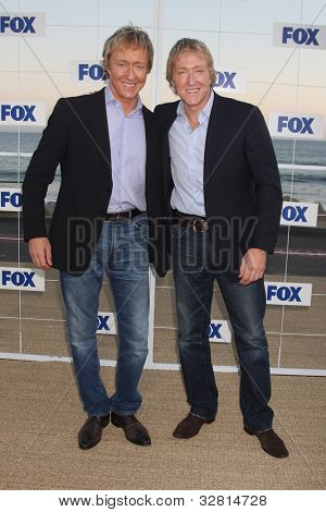 LOS ANGELES - 5 de AUG: Leslie Keno, Leigh Keno al llegar a la fiesta de FOX TCA verano 2011 en Gladstone