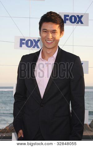 LOS ANGELES - 5 de AUG: Harry Shum Jr. al llegar a la fiesta de FOX TCA verano 2011 en Gladstones en Augu