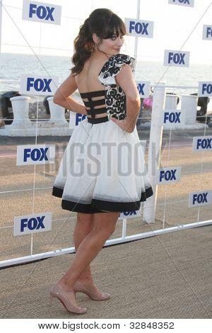 LOS ANGELES - 5 de AUG: Zooey Deschanel arribando a la fiesta de FOX TCA verano 2011 en Gladstones Aug
