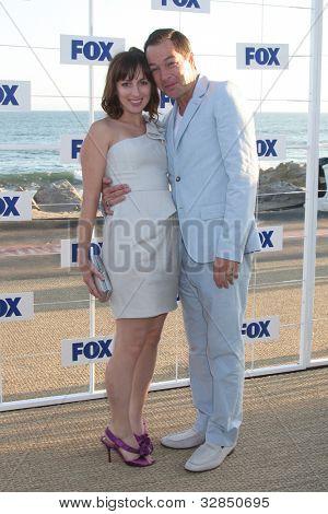 LOS ANGELES - 5 de AUG: Stewart francés & esposa al llegar a la fiesta de FOX TCA verano 2011 en Gladstones