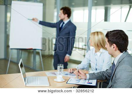 Empresário ouvindo a apresentação de um novo projeto no seminário