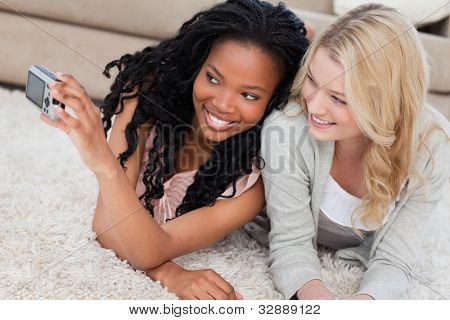 zwei Frauen sind auf dem Boden liegen und sind posieren für ein Bild