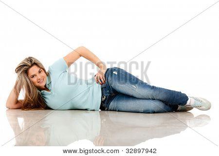 Hermosa mujer casual, tendido en el suelo - aislado en blanco