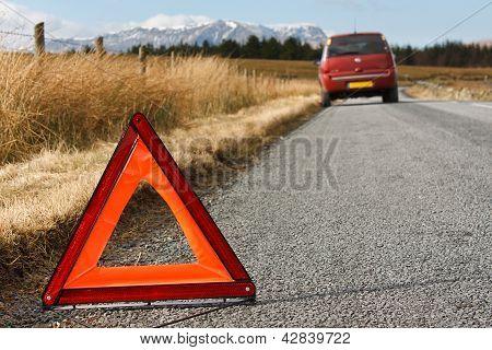 Discriminadas em carro com sinal de aviso