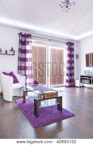 Moderne weiß Wohnzimmer Interieur mit lila Dekorationen