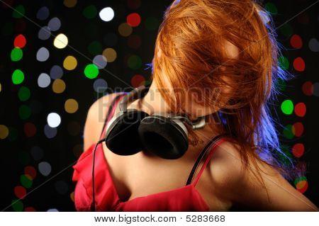 Mujer pelirroja bailando