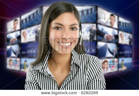 Mujer India hermosa presentadora de noticias de televisión