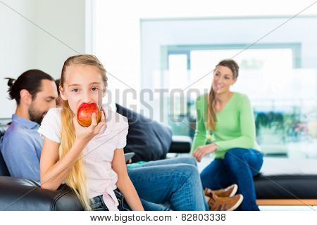 Children eating fresh appels for healthy living