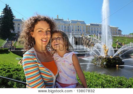 Mãe com filha perto de fontes de Peterhof, São Petersburgo, Rússia