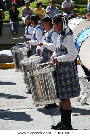 Cuatro chicas tocando la batería