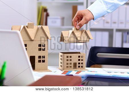 Designer. Presentation of the construction of homes.