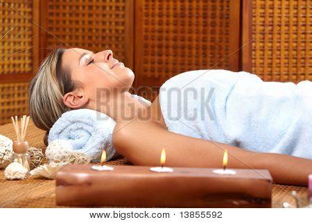 Bela jovem em um salão de beleza do spa