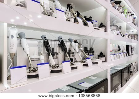 row of cooking immersion blenders selling at retail store shelf