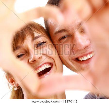 Happy sonriente pareja en el amor, sobre fondo blanco