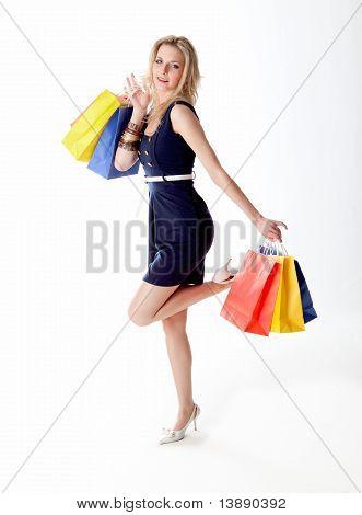 Jovem mulher está fora para fazer compras