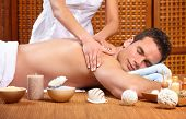 Постер, плакат: молодой красавец получить массаж