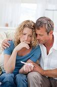 Постер, плакат: Любители глядя на дома тест на беременность
