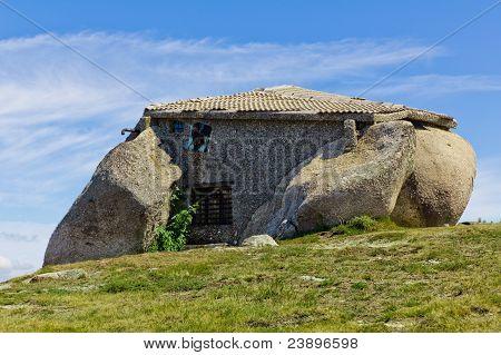 Casa de piedra en la cima de una montaña