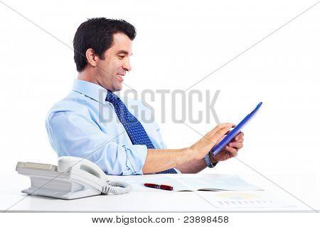 Empresario guapo sonriente con tablet PC. Aislado sobre fondo blanco