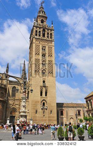 Sevilla, España - 18 de mayo: Catedral y La Giralda en 18 de mayo de 2012 en Sevilla, España. La Giralda, 104
