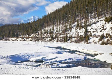 Rivier in de bergen van het Nationaal Park Jasper, Alberta, Canada.
