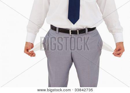 Primer plano en los bolsillos vacíos sobre fondo blanco