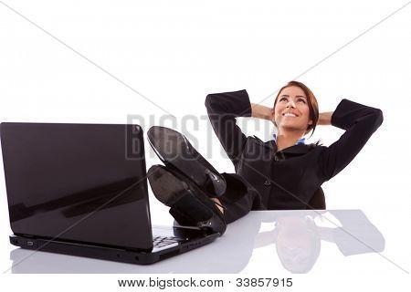 homem de negócios jovens usando óculos, pressionando um buttonon digital, uma tela de toque virtuais