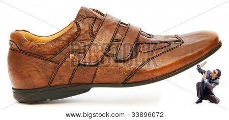 Conceito de dominação mulher com sapatos e homem