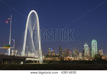 A ponte de colina Margaret Hunt e Downtown Dallas à noite no Texas