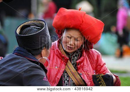 Red Dao-Frau mit einem Turban Nähen im Markt Sapa in Vietnam