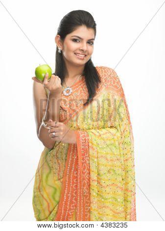 Mujer con manzana verde