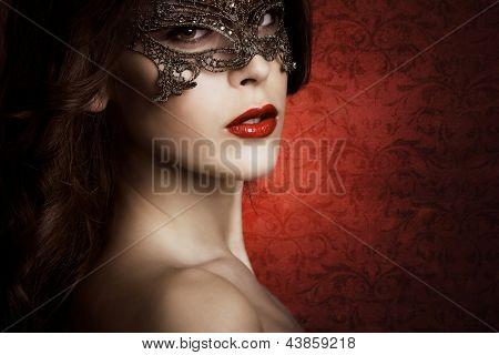 sensual bela jovem com máscara de laço, studio shot