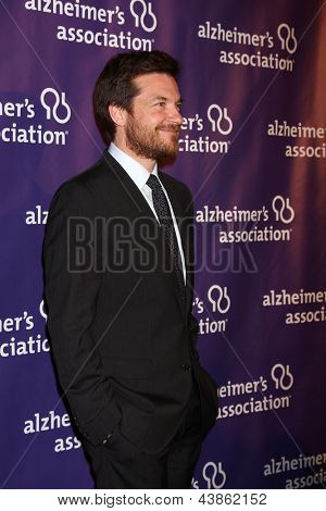 LOS ANGELES - 20 de MAR: Jason Bateman chega a XXI anual A Night at Sardi para beneficiar o Al