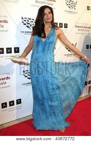 BEVERLY HILLS - 23 de MAR: Constance Marie en la Gala benéfica del premios de la Génesis para el 2013 en la empuñadura de Beverly