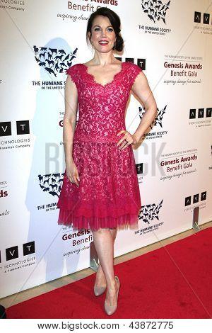 BEVERLY HILLS - 23 de MAR: Bellamy Young en la Gala de beneficio de premios Génesis de 2013 en el Beverly Hilton