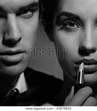 Junge Frau, die du Make up und ihr Ehemann