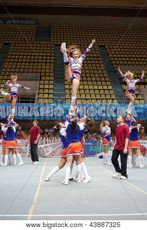 Moscú - 24 de MAR: Rendimiento del equipo de porristas líder en Campeonato y concursos de Moscú en c