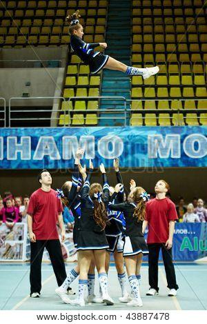Moscú - 24 de MAR: Equipo de chicas porristas Lady realiza acrobacias en el campeonato y concursos de Mo