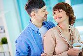 Постер, плакат: Портрет пара счастлива среднего возраста глядя друг на друга