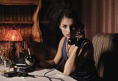 Постер, плакат: Женский портрет в стиле ретро с телефона и сигареты