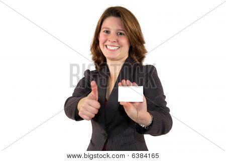 mulher de negócios bonita mostrando um cartão posando com thumbs up sinal